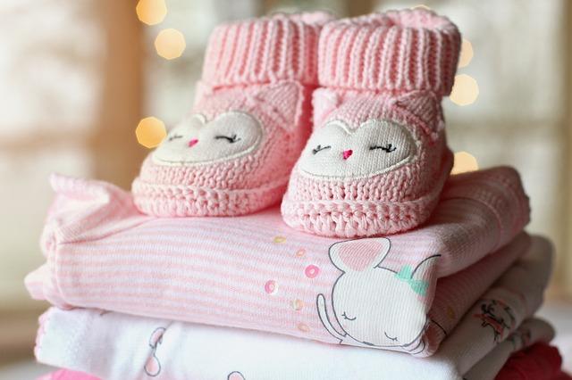 růžové oblečení pro miminko, pletené botičky