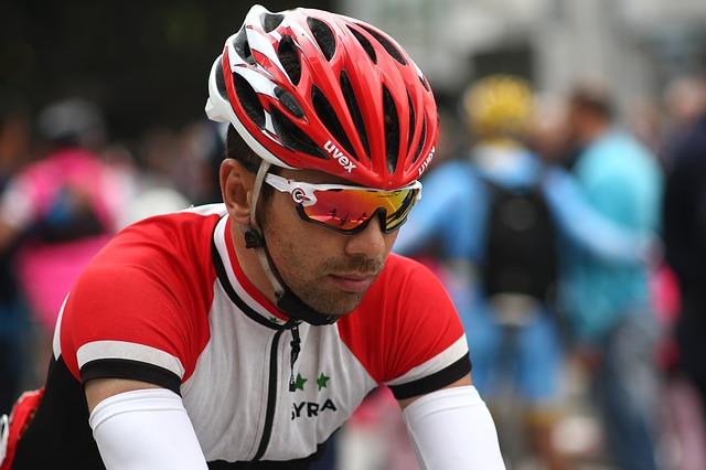 cyklista s helmou