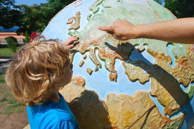 dítě u globusu.jpg